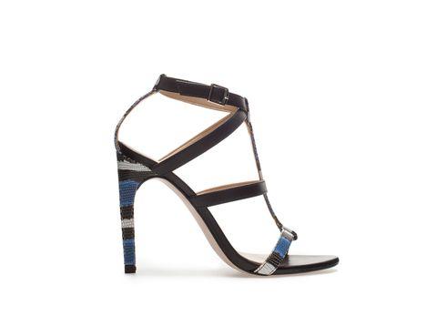 <p>Sandalias de tacón con detalle estampado, de Zara, 22,99€.</p>