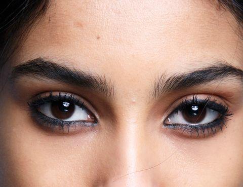 <p>'Dibuja la línea de la pestaña superior e inferior para definir la mirada y resaltar los ojos', recomiendan los expertos para potenciar unos ojos hundidos. La clave: ambos párpados (el de arriba y el de abajo) delineados.</p>