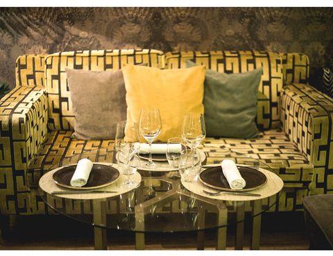 """<p>Con una decoración ecléctica, <strong>Eccola Bar</strong> es un espacio inspirado en los clubs de '<i>slow food</i>' y alta coctelería de <strong>estilo neoyorquino en el Barrio de Salamanca</strong>. Su punto fuerte son las noches por el ambiente y su mixología creativa, de la mano del bartender Sebastian Colombo. Pero los dos ambientes de su terraza son perfectos para deleitarse en cualquier momento del día. En la zona de mesas se puede disfrutar a la hora de la comida y la cena de la carta del restaurante, en la que destacan los platos para compartir como el tartar de atún sobre cama de aguacate, o los platos de carnes como el Tomahawk cocinados en un <strong>horno Josper a base de brasas</strong> de madera de manzano y carbon vegetal. Sus confortables sillones te invitan a tomar un café a media mañana, a alargar las sobremesas o a disfrutar de sus famosos cócteles en un afterwork.</p><p> &nbsp;Calle Diego de León, 3, tel. 915 63 24 73<br /> <a href=""""http://www.eccolabar.com/"""" target=""""_blank"""">www.eccolabar.com</a><br /> &nbsp;Precio medio: 25 €<br />Horario: domingo a martes de 12:00 - 2:00, miércoles y jueves de 12:00 - 3:00 y viernes y sábado de 12:00 a 4:00</p>"""