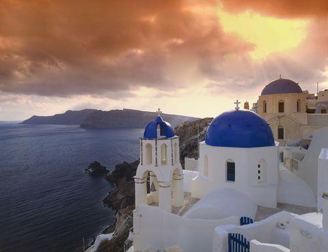 <p>Este pueblo griego ubicado a 11 kilómetros al norte de Fira es un referente de la isla de Santorini. Sus casas incrustadas en la roca volcánica son muy reconocibles, pero si hay algo que no puedes perderte son sus espectaculares puestas de sol, famosas en todo el mundo.</p>