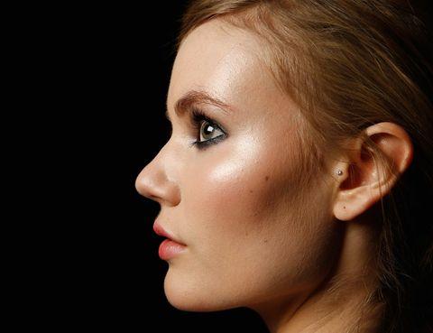 """<p>Los fluidos iluminadores toman ventaja este verano. Aplicados bajo el maquillaje o en solitario, realzan la piel y le dan un aspecto jugoso que se convierte en el complemento ideal al bronceado. Un paso más de la tendencia del verano: el <a href=""""http://www.elle.es/belleza/belleza-tendencias/strobing-maquillaje-tecnica"""" target=""""_blank"""">'strobing'</a>.</p>"""