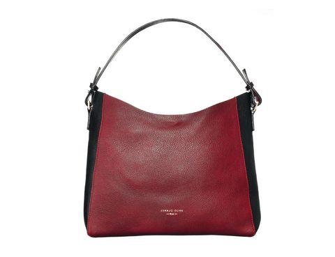 <p>El mix de burdeos y negro convierte a este 'Hobo bag' en un imprescindible de los looks más otoñales. Cuesta 120 €.</p>