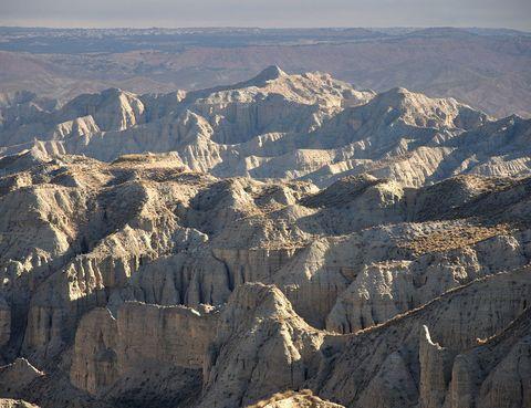"""<p><strong>Gorafe (Granada). <a href=""""/edicion/gallery/786552/(offset)/www.gorafe.es"""" target=""""_blank"""">www.gorafe.es</a>.</strong></p><p>Atalayas, graneros, caballerizas o hasta viviendas. Las funciones de estas cuevas -o <i>covarrones</i>, como se llaman en la región- son tan versátiles como sus emplazamientos. Su origen tampoco está claro, aunque parece que fueron los almohades del poblado Los Algarves los primeros en ocuparlas, en el siglo XII. En la actualidad son un potente imán turístico en la zona y algunas están reconvertidas en hotel rural.</p>"""