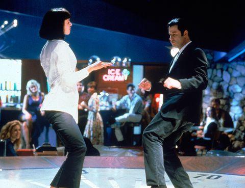 """<p> <strong>Título:</strong> &quot;Pulp Fiction&quot; (1994)<br /> <strong>Protagonizada por:</strong> Uma Thurman, John Travolta y Lawrence Fishburne.<br /> <strong>¿Por qué tienes que verla?</strong> El pelo de Mia Wallace (Thurman), su mítica camisa blanca, el pantalón negro acampanado, el abrigo 'trench'... Muchos fueron los elementos repescados por la moda procedentes de esta peli.<br />Puedes verla <a href=""""http://gnula.nu/accion/ver-pulp-fiction-tiempos-violentos-1994-online/"""" target=""""_blank""""><strong>aquí.</strong></a></p>"""