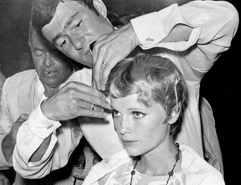 <p>Un peinado tan famoso no puede estar exento de polémica: durante años, se dio por hecho que el corte de Mia lo había realizado el famoso peluquero Vidal Sassoon, que hasta estuvo presente en el rodaje de la película y se dejó fotografiar arreglándole el pelo a la actriz. Sin embargo, a la muerte del estilista en mayo de 2012, un simple<i> tweet</i> de Mia Farrow cambió el rumbo de la historia: 'El corte de Vidal Sassoon fue una broma publicitaria. La verdad es que yo misma me corté el pelo así dos años antes. Era simpático. RIP'.</p>
