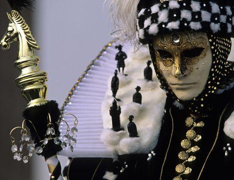 <p>Dicen que es la celebración más elegante del mundo: el Carnaval de Venecia surgió en el siglo XI y era el único espectáculo en el que las clases bajas y la nobleza se mezclaban, gracias al anonimato que proporcionaban las máscaras de sus trajes. Aquí, los disfraces siguen siendo los tradicionales del siglo XVII, con espectaculares máscaras, tejidos y bordados. Muchos de los eventos relacionados con el Carnaval tienen lugar en la Plaza de San Marcos aunque, si tienes ocasión, no te pierdas alguna de las fiestas privadas de máscaras que se celebran en la ciudad. Del 26 de enero al 12 de febrero de 2013.</p>