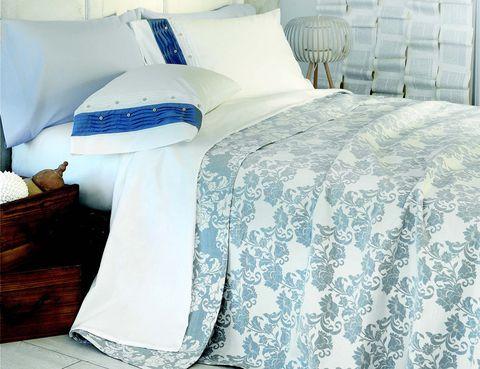 """<p>Renueva los textiles en tu dormitorio. Cubre tu cama con estampados en diferentes tonos de azul y dale una brisa fresca a tu cuarto. La colcha de la imagen es de <a href=""""http://www.elcorteingles.es/tienda/hogar/browse/productDetail.jsp?productId=A7957965&categoryId=999.1329134676&selectedSkuColor=135.4&fromAjax=true&isProduct=true&trail=&pcProduct=&trailSize=1&navAction=jump&navCount=0&brandId=&cm_mmc=elle%20_%20contenedores-_-acuerdo%20_%202013-07-15%20_%20hogar-_-noticia%20_%20deco-_-segunda%20casa"""" target=""""_blank""""><strong>Dalini,</strong></a> modelo Limoges Azul (59,99 € para una cama de 90 cm).</p>"""