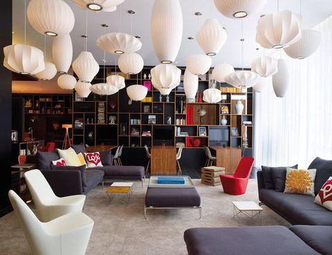 """<p>Si el amor que profesáis por la cultura británica es mutuo, os proponemos una escapada urgente para llegar a tiempo a la exposición de Valentino en Somerset House (<a href=""""http://www.somersethouse.org.uk/"""" target=""""_blank"""">somersethouse.org.uk</a>) y disfrutar de las últimas rebajas. Como opción de alojamiento, es ideal el hotel<strong> CitizenM London Bankside</strong> de la foto (<a href=""""http://www.citizenm.com/"""" target=""""_blank"""">citizenm.com</a> hab. doble: desde 161 €), junto a visitas obligadas, como la Tate Modern. Y no puedes perderte dos de los lugares del momento: la recién inaugurada tienda Opening Ceremony (King Street, 35) y el restaurante Tramshed (<a href=""""http://www.chickenandsteak.co.uk/"""" target=""""_blank"""">chickenandsteak.co.uk</a>), en el epicentro de Shoreditch, en el que podrás degustar pollo o un steak mientras contemplas una escultura de Damien Hirst. El broche: una visita a los puestos de cuero de Camden Town y unas pintas entre vinilos en Brick Lane.</p>"""