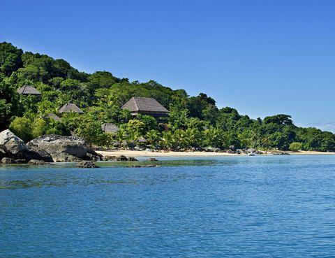 <p>La Isla de Nosy Be es una de las zonas más destacadas de Madagascar. Cuenta con increíbles playas, numerosos atractivos naturales como el Monte Passot o la Reserva Natural Integral de Lokobe, y además, espectaculares restaurantes dónde deleitarse con platos como langosta a la plancha. ¿Ya ha elegido este paraíso como tu próximo destino de vacaciones? Entonces no dudes en alojarte en El hotel L'Heure Bleue, el lugar perfecto para unos días de relax en este entorno idílico.</p>