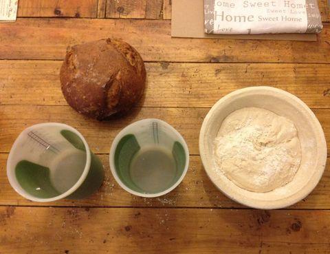 <p>Una buena mesa sin ranuras, un medidor, un cuenco donde poder mezclar,&nbsp&#x3B; un horno y un molde que se pueda introducir en él, son las herramientas esenciales que necesitas. Los ingredientes básicos: harina, agua, levadura y sal. Si todo esto lo aderezamos con las ganas suficientes para crear un buen pan, ya tendríamos todo lo necesario para arrancar. Y antes de comenzar, vamos a desbancar un mito: si congelas el pan precocido y a los días lo sacas para terminarlo de cocer, no será peor. Es una técnica también artesana, y la utilizan los mejores panaderos. De lo contrario, ¡es muy difícil cocinar 30 tipos de pan al día! Así que ya sabes, una vez desmantelada la cocina, multiplica tus ingredientes y fabrica pan para abastecer a toda tu familia durante días!</p>