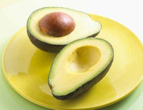 """<p>&nbsp;El fruto del árbol del <strong>aguacate</strong> posee numerosos micronutrientes entre los que destacan la vitamina C (10 mg por cada 100 gramos), vitamina B5 y vitamina K. Aunque, sin duda, su principal propiedad es su alta concentración de ácidos grasos monoinsaturados que, según <a href=""""http://bases.bireme.br/cgi-bin/wxislind.exe/iah/online/?IsisScript=iah/iah.xis&amp;src=google&amp;base=LILACS&amp;lang=p&amp;nextAction=lnk&amp;exprSearch=167963&amp;indexSearch=ID"""" target=""""_blank"""">algunos estudios</a>, contribuye a bajar los niveles de colesterol y <a href=""""http://books.google.es/books?id=e102JgF1yOUC&amp;lpg=PT66&amp;ots=KJTtbHKT6a&amp;dq=acidos%20grasos%20monoinsaturados&amp;lr&amp;hl=es&amp;pg=PT78#v=onepage&amp;q=acidos%20grasos%20monoinsaturados&amp;f=false"""" target=""""_blank"""">reducir la inflamación</a>. Sin embargo, es una de las 'superfoods' con un mayor poder calórico: un aguacate grande puede contener unas 400 calorías.</p>"""