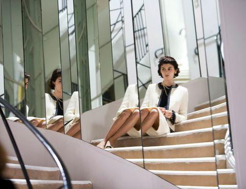 <p> La creadora del traje sastre femenino y del perfume más famoso del planeta, es sin duda la que más adaptaciones en cine y televisión acumula sobre su vida. Incluso novelas literarias y obras teatrales han representado sus inicios y posterior gloria en el mundo de la moda. <br />En 1981 se estrenó 'Chanel Solitaria' y tras ésta, se han hecho 3 películas más y 3 cortometrajes (dos de ellos realizados por Karl Lagerfeld), aunque la cinta más famosa es la protagonizada por Audrey Tautou, 'Coco avant Chanel'.</p><p> 1981 - Chanel solitaria.<br /> 2008 - Coco Chanel.<br /> 2009 - Coco avant Chanel.<br /> 2009 - Coco Chanel &amp; Igor Stravinsky.<br /> 2013 - El retorno (Cortometraje).&nbsp; <br /> 2013 - Once Upon a time...(Cortometraje dirigido por K. Lagerfeld). <br />2014 - The Retun (Cortometraje dirigido por K. Lagerfeld).&nbsp; </p>