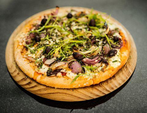 """<p>Una de las pizzerías 'top' del momento en Madrid, obra de Estanis Carenzo y Pablo Giudice, responsables de Sudestada. En <a href=""""http://www.casapicsa.com/"""" target=""""_blank"""">Picsa,</a> las pizzas son argentinas y eso quiere decir que son grandes (como de 25 cm de diámetro, perfectas para compartir) y además elaboradas en horno de leña. La apuesta por proveedores artesanos de calidad determina también su oferta, que va desde la clásica pizza napolitana hasta otras 'new school' con ingredientes como las alcaparras, las piparras en vinagre o la 'scamorza' ahumada. Ahora tiene también un interesante menú diario por 11,50 euros: exquisitez al alcance de todos.</p><p>Ponzano, 76 (Madrid)</p>"""