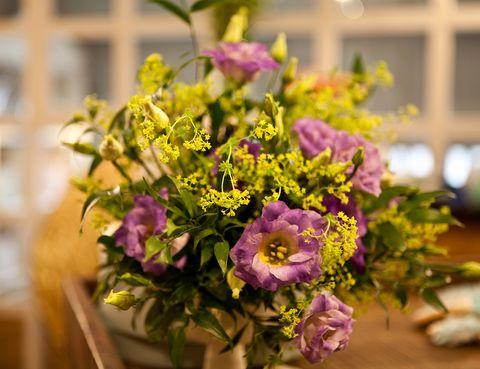 <p>Las flores de Moss contribuyeron a crear una atmósfera 'boho chic'.</p>