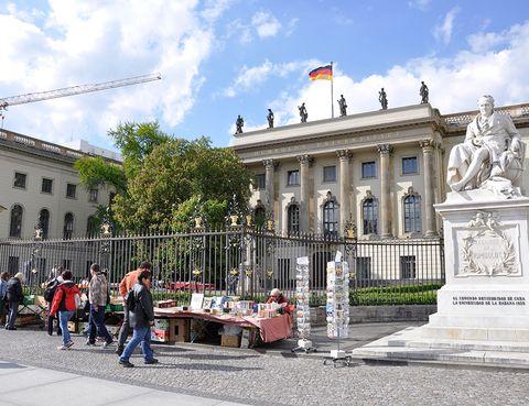 <p>Justo delante de la Puerta de Brandemburgo se abre una de las avenidas más importantes de Berlín, <strong>Unter den Linden,</strong> de amplias aceras y agradable de pasear, a pesar de las obras que la invaden por la nueva línea de metro. Caminando hacia el río, irás descubriendo edificios señoriales, y a toda la familia le encantará tumbarse en la <strong>Bebelplatz.</strong> Allí, si hace bueno, se ponen colchonetas en el suelo y estanterías con libros a modo de biblioteca al aire libre. Si a los niños les gustan los libros, no dejes de llevarles al mercadillo de segunda mano que ponen en la puerta de la <strong>Universidad Humboldt</strong> (donde estudiaron Marx y Engels y donde dieron clase Einstein y los hermanos Grimm). Termina el paseo por <strong>Gendarmenmarkt,</strong> una preciosa y enorme plaza flanqueada por dos catedrales, la alemana y la francesa (a cuya cúpula se puede subir) en la que podrán jugar al balón mientras los mayores toman algo.</p>