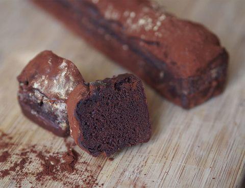 <p>&nbsp;Es todo un artista de la repostería, un auténtico maestro de este arte efímero, el 'pastelero del Rey' y un auténtico expertos de las masas dulces. Los amantes de las meriendas con chocolate disfrutarán como niños de este cake de chocolate by Paco Torreblanca. Es un bizcocho de cacao, bañado en chocolate 70%.</p><p>Alt de Guisop, 1 (Elda, Alicante).</p>