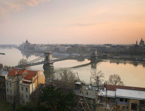 <p>La capital de Hungría, Budapest, es un destino perfecto para visitar en un fin de semana. En otoño, el clima sigue siendo agradable en esta 'Perla del Danubio', en la que relajarse en aguas termales es más fácil que en ningún otro lugar. Los baños Szécheny son los más populares y están situados en un escenario de lujo: un edificio neobarroco.</p>