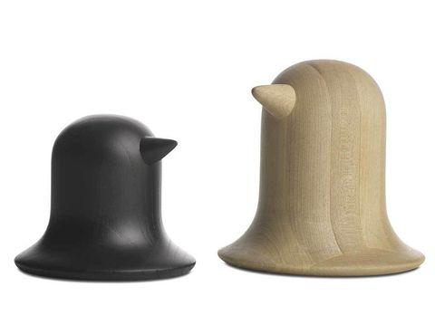 """<p>Sí, has acertado, es una escultura que evoca un pájaro, pero también sirve para guardar las llaves, anillos, el reloj y cosas pequeñas, pues es hueco... De la nueva colección de muebles Fusion, creada por Nendo para BoConcept. """"La idea me vino cuando vi a un señor en una cafetería buscando el móvil, levantó su sombrero y ¡estaba debajo!"""", nos contó Oki Sato, de Nendo. </p>"""