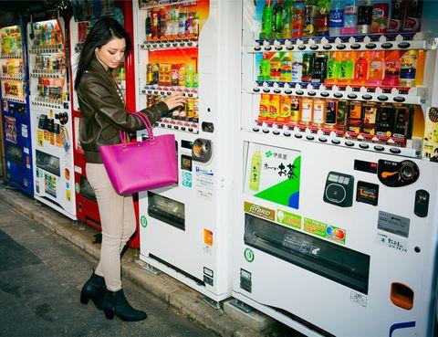 """<p>La última aparición sorpresa fue la de <a href=""""http://ameblo.jp/yayoi616/"""" target=""""_blank"""">Yayoi</a>. Nos recorrimos las calles de Tokyo y vimos todo de color de rosa... ¡El <strong>Leo</strong> en versión magenta es total! En los próximos días, le tocará el turno al cuarto color... ¿quién nos lo enseñará? No te lo pierdas, y sigue a <strong>Leo</strong> en <a href=""""http://pinterest.com/loewemadrid/loewe-leo-bag-7-bloggers-7-colours-7-days/"""" target=""""_blank""""><i>Pinterest</i></a>!</p>"""