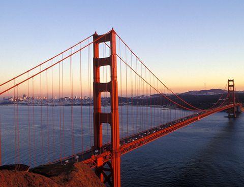 <p>Es el imprescindible entre los imprescindibles: no puedes irte de San Francisco sin hacer una visita al puente Golden Gate. Construido a principios del siglo XX, esta gran obra de la ingeniería se construyó para permitir a los habitantes de la ciudad cruzar la bahía de San Francisco sin necesidad de usar los numerosos ferrys que ya obstruían las aguas. Como curiosidad, hay que señalar que, si se pusieran en línea todos los alambres que forman sus cables tensores, darían la vuelta al mundo tres veces. ¿El mejor lugar para verlo? Desde el mirador Vista Point, al norte del puente, desde el que podrás observar además el 'skyline' de la ciudad y el perfil de Alcatraz.</p>