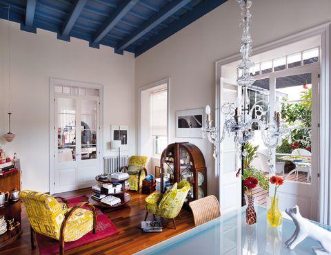 <p>El estilo <i>art decó</i> reina en el salón: butacas, de Los Modernos; y silla '50, de B-Connected, con tela de Designers Guild; vitrina, de New Caledonian; mesa<i> Novocomum</i> y lámpara de pie <i>TMC,</i> de Miguel Milá, ambas de BD Barcelona Design; alfombra marroquí y fotos de Lluís Real.</p>