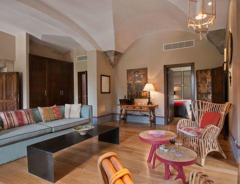 <p>Vistas del&nbsp&#x3B;salón decorada por Pepe Leal, un ejemplo del interiorismo rústico asturiano por su uso&nbsp&#x3B;de materiales como el mimbre, tejidos&nbsp&#x3B;naturales y el acero.</p>