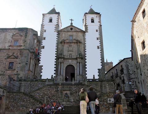 """<p>Cáceres forma parte de las <a href=""""http://www.ciudadespatrimonio.org"""" target=""""_blank"""">Ciudades Patrimonio de la Humanidad</a>y son muchos los méritos para integrar este selecto grupo, que comparte con otra docena de villas españolas honradas con este nombramiento de la Unesco. </p><p>En cada esquina hay vestigios romanos, trazas barrocas, rincones almohades o mudéjares e improntas renacentistas que describen un rico pasado en el que se han fusionado las culturas judía, cristiana y árabe de forma magistral.</p>"""