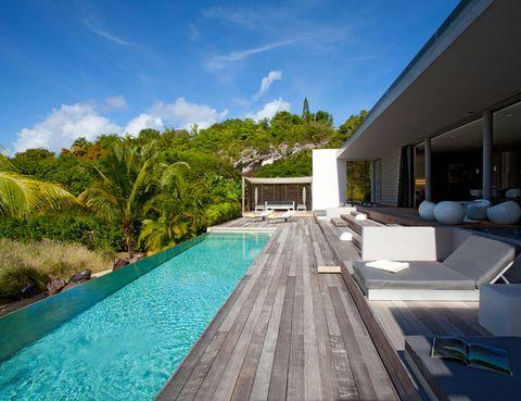 """<p> A unos pasos de la playa de Petit Cul de Sac Bay, esta villa combina la arquitectura minimalista con un estilo effortless luxury. Los traslados al aeropuerto y un servicio de camarera diario están incluidos, para que te dediques exclusivamente a relajarte y disfrutar. <strong>Desde 703 €/noche.</strong> <br />Más información, <a href=""""https://www.airbnb.co.uk/rooms/531810"""" target=""""_blank"""">aquí</a>.</p>"""