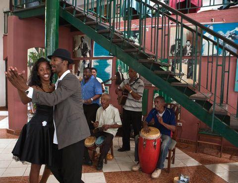"""<p>No podemos asegurar que llegarás a ser un experto de los ritmos cubanos, pero sí que en <a href=""""http://www.bailarencuba.com"""" target=""""_blank"""">La Casa del Son</a>&nbsp&#x3B;(Empedrado, 411)&nbsp&#x3B;aprenderás a moverte con soltura. Apúntate a la oferta de clases de danza (107 euros) con un profesor particular dedicando dos horas durante cinco días seguidos. Quizá no dispongas de tanto tiempo, no te preocupes porque puedes solicitar sesiones individuales de una hora por poco más de 13 euros.&nbsp&#x3B;También tienes la opción de aprender percusión o incluso contratar un acompañante de baile para ser el rey de la pista en tus escapadas nocturnas a las mejores salas de la capital.&nbsp&#x3B;</p><p>Para escuchar música en vivo pásate por el <a href=""""http://www.cohiba-habanacafe.com"""" target=""""_blank"""">Habana Café&#x3B;</a> el Gato Tuerto (calle O, entre 17 y 19), en la zona de Vedado, o Don Cangrejo (Avda. Primera, entre 16 y 18), en el distrito de Miramar.&nbsp&#x3B;</p>"""