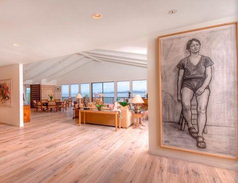 <p>De las amplias paredes del recibidor cuelga una selección escogida de exquisitas obras.</p>