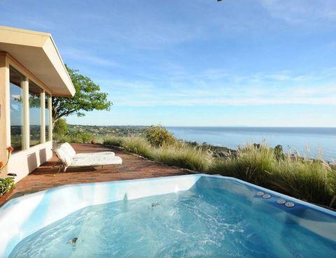 """<p>Darse un baño en el jacuzzi en el que también lo ha hecho Denzel Washington ya es posible. La última residencia del actor, esta mansión de Malibú, dispone de piscina, tres dormitorios, dos baños... Con capacidad para ocho personas, desde 444 €/noche, en <a href=""""http://www.airbnb.es/rooms/1905111"""" title=""""airBNB"""" target=""""_blank"""">airBNB</a>.</p>"""