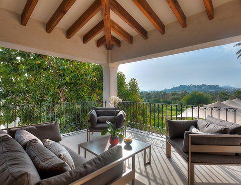"""<p>Si aún no tienes planificadas tus vacaciones, o quieres darte un auténtico (e inolvidable) capricho, el <a href=""""http://www.hotelxereca.com/"""" target=""""_blank"""">hotel Xereca</a> (a solo 3 km del centro histórico de la ciudad de Ibiza) se conforma como un destino a tener en cuenta. Te sorprenderá por la elegancia de su diseño y el lujo minimal y para nada ostentoso, pero no es este el único motivo por el que querrás ir: su magnífico entorno, en una finca rural a 10 minutos de la playa; un restaurante centrado en la cocina mediterránea ibicenca que no deja de lado las propuestas veganas y la posibilidad de practicar yoga en grupo o individualmente, con prácticas a la medida. Repetirás.</p><p>&nbsp;</p>"""