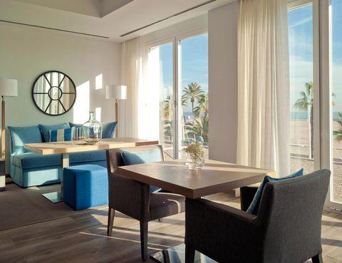 """<p>El balandret es uno de los cuadros más conocidos del maestro valenciano y en su honor se ha bautizado a este hotel, que no lleva ni medio año abierto. Selecciona uno de su 21 luminosos cuartos (desde 65 euros) y disfruta de sus coquetos espacios comunes.</p><p>Pásate a probar las comandas del chef Albert Lluch, curtido en Can Roca, el Ritz de Londres y Ca' Sento. En el restaurante se rinde un sentido homenaje a los mejores productos valencianos y a la cocina clásica de la zona. Acude a la magnífica terraza y testa su carta por un precio medio de 30 euros.</p><p>&nbsp;</p><p><a href=""""http://www.balandret.com"""" target=""""_blank"""">Balandret.</a> Paseo de Neptuno, 20. Valencia.&nbsp;Tel.&nbsp;963 81 11 18.&nbsp;</p>"""