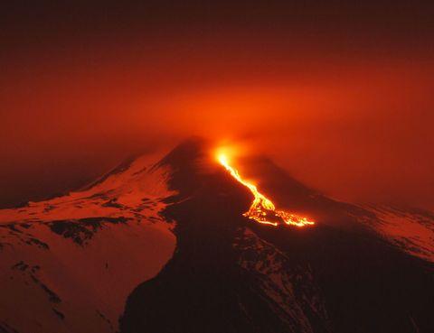<p>Para los más atrevidos y para los que no se asustan del poder de la naturaleza, ver un volcán en erupción puedes ser uno de los planes más emocionantes para realizar alguna vez en la vida. Debido a que se encuentran en constante cambio, si quieres saber donde puedes ver un volcán en plena acción puedes consultar el mapa de actividad volcánica de Google.</p>