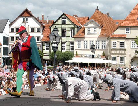 """<p>Érase una vez… una forma diferente de combinar bellos paisajes con inolvidables leyendas: las que recopilaron y escribieron los hermanos Grimm. Ésta es la base de la <a href=""""http://www.deutsche-maerchenstrasse.com"""" target=""""_blank"""">Ruta alemana de los Cuentos de Hadas,</a> una propuesta que comienza en Hanau –donde nacieron estos grandes cuentistas– y termina en Bremen, la ciudad que los músicos de los Grimm hicieron mundialmente famosa. Entre ambas, un recorrido de 600 km en los que visitarás la mina de cobre donde trabajaban los enanitos amigos de Blancanieves, en Bad Wildungen, el castillo Sababurg – o de La Bella Durmiente–, Trendelburg y la historia de Rapunzel, las calles de Hamelin y otros muchos fantásticos escenarios.&nbsp&#x3B;</p>"""
