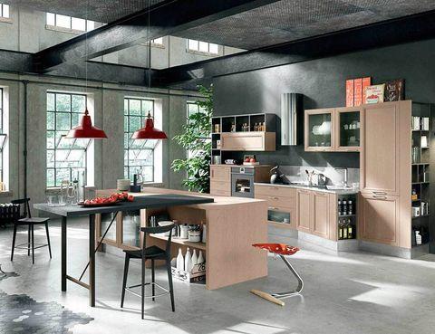 <p>Con muebles en acabado arcilla, el mod. <i>Magistra,</i> de Aran Cucine, destaca por su funcionalidad y su versatilidad. Genial la idea de iluminar la isla con dos lámparas de techo de acero esmaltado en rojo.</p>