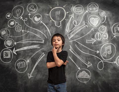 <p>Piensa en 3 o 4 elementos diferentes, por ejemplo: castillo, elefante, pizarra y micrófono. Cuanto más distintos sean entre sí, más divertido será. Díselos a tu hijo y pídele que se invente una historia con ellos. Déjale que piense y disponte a escuchar. Reírte te vas a reír, ¡seguro!</p>