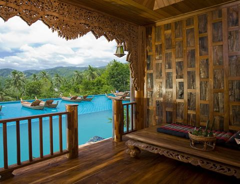 <p>El <strong>Santhiya Koh Phangan Resort & </strong><strong>Spa</strong> se compone de 99 habitaciones y villas configuradas con elementos y formas de decoración locales. Cada villa y cada habitación de lujo captura la esencia pura de la madera de teca y la decoración tailandesa inspirarán tus sentidos. Habitaciones con vistas a playas de agua cristalina, apartamentos con piscina privada... todo un sueño. Ofrecen paquetes especiales para bodas de 4 noches en una villa privada con todas las comodidades.</p>