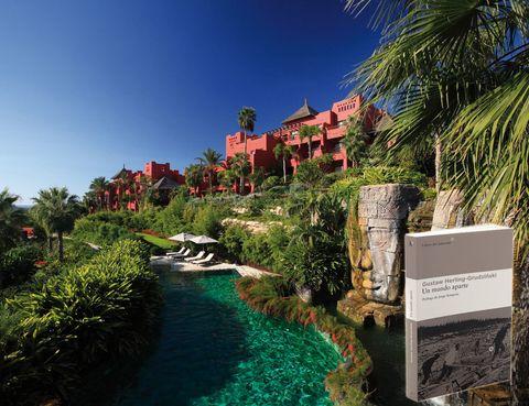 """<p> <strong>ALICANTE</strong><br /> <strong>Libro:</strong> Un mundo aparte, de H. Grudzinski (Asteroide).<br /> <strong>Dónde:</strong> En el hotel Barceló Asia Gardens & Thai Spa, mirando la Costa Blanca. <a href=""""http://www.barcelo.com"""" target=""""_blank"""">www.barcelo.com</a>. <br />«El olor de las plantas que rodean los jardines del Asia Gardens y el sonido de las piscinas son perfectos para la evasión y la lectura».</p>"""