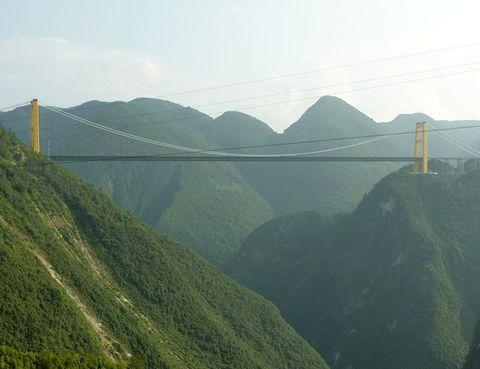 <p>¿Te gustan las emociones fuertes? ¿No tienes vértigo? Genial, entonces puedes atravesar en coche, autobús o moto el Sidhue River Bridge, en China, construido a 1.300 metros de altura y con una caída libre de 460 metros.</p>