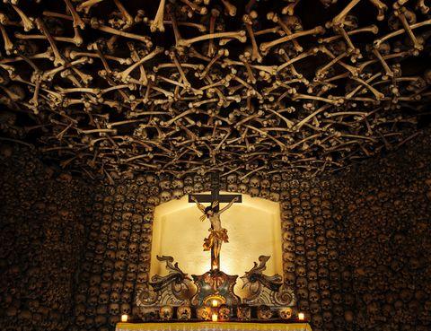 <p>Situada en la población de Czermna (Polina) esta capilla da escalofríos por su macabra decoración: huesos humanos de personas que murieron en guerras, hambrunas y epidemias. Unos 21.000 muertos y un total aproximado de 3.000 cráneos repartidos por las paredes. En el centro de la capilla tienen un lugar destacado los de los que ordenaron construir esta capilla.</p>