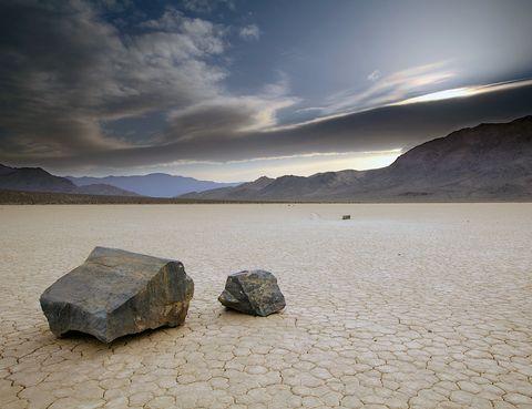 <p>La zona conocida como 'Death Valley', en los desiertos de Sonora y Mojave, tiene el dudoso honor de ser la más caliente y seca del mundo. Aquí se han llegado a alcanzar los 56 grados de temperatura, aunque por las noches el termómetro puede bajar drásticamente hasta los 0. En este paraje hostil, tiene lugar un fenómeno de lo más curioso: <strong>las piedras se mueven solas</strong>, dejando grandes surcos en la arena. Esto ocurre en la zona conocida como Racetrack Playa y la causa del fenómeno no está del todo clara. Algunos investigadores apuntan a que las piedras se deslizarían como consecuencia del movimiento de las aguas subterráneas.</p>