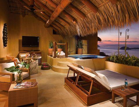 """<p><a href=""""http://www.hotelesboutique.com"""" target=""""_blank"""">Capella Ixtapa</a> es un alojamiento sofisticado y, aunque de grandes dimensiones, ofrece rincones muy íntimos, sobre todo para parejas. A partir de 218 euros, dormirás en una de las 54 suites te podrás sumergir en sus piscinas de agua dulce y salada.</p><p>Visita su spa El Capricho, con interminables vistas hacia el mar, que ofrece terapias tan sugerentes como un ritual a base de flores de la zona o un tratamiento con papaya y mango. Aprovecha para practicar snorkel, dar un paseo por las tiendas del cercano poblado de Zihuatanejo o apúntate a una clase de cocina. </p>"""