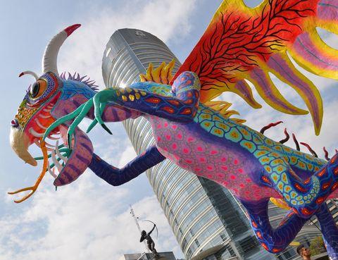 """<p>Criaturas fantásticas de brillantes colores decoran las calles del centro de la ciudad durante el desfile anual de los Alebrijes, que organiza el <a href=""""http://www.map.df.gob.mx"""" target=""""_blank"""">Museo de Arte Popular.</a> Estos gigantescos muñecos de cartón, todo un derroche de imaginación, son un homenaje a la artesanía tradicional mexicana.&nbsp;</p><p>El 17 de octubre, a mediodía, sitúate en la plaza de la Constitución –más conocida como El Zócalo– para ver el comienzo del desfile. Terminarás en la Glorieta del Ángel de la Independencia, donde los alebrijes quedan expuestos hasta el día siguiente.</p><p>La fiesta se completa con concursos de cuentos y obras para títeres que tratan sobre estos seres extraordinarios, inspirados en la variada y rica fauna del país.</p><p>• Lugar: Plaza de El Zócalo y <a href=""""http://www.map.df.gob.mx"""" target=""""_blank"""">Museo de Arte Popular</a><a href=""""http://www.map.df.gob.mx"""" target=""""_blank"""">.</a></p><p>• Fecha: 17 de octubre.</p>"""