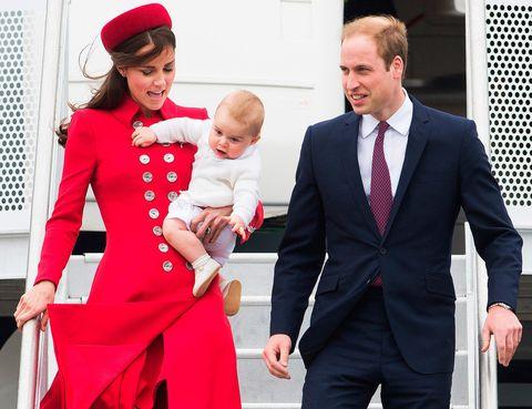 <p>En abril de 2014, el príncipe George volaba por primera vez a Nueva Zelanda con sus padres y en una típica actitud infantil de un bebé de 10 meses, ponía a su madre en el aprieto de velar por la seguridad de su hijo y la suya propia bajando del avión.</p>