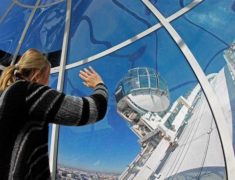 """<p>El SkyView es una de las mayores atracciones que tiene Estocolmo para el visitante. Podrás imaginar que las vistas son soberbias, y no es de extrañar, porque se divisa la estructura de toda la metrópoli, un conglomerado de islas que abarca una inmensa extensión. Este complejo lleva en marcha cinco años y es todo un éxito la experiencia a bordo de estas cabinas panorámicas.</p><p>Si te quedas con ganas de completar tu álbum aéreo solo tienes que ascender por las escaleras de la <a href=""""http://international.stockholm.se/the-city-hall"""" target=""""_blank"""">Torre del Ayuntamiento</a><a href=""""http://international.stockholm.se/the-city-hall"""" target=""""_blank"""">,</a> que mide 106 metros, o subir al punto más alto de la urbe: el parque Skinnaviksberget. También es una excelente idea montar en el antiguo ascensor Katarina, que data de finales del XIX.</p><p>• Lugar: <a href=""""http://www.globearenas.se"""" target=""""_blank"""">SkyView</a> (Globentorget, 2).</p>"""