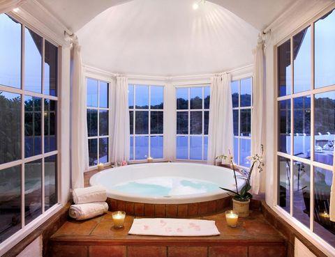 """<p> Galardonado como el hotel más romántico de Europa, te ofrece la posibilidad de &quot;recasarte&quot; con la experiencia Just married (again). Incluye&nbsp;ceremonia de boda en la Capilla, romántico paseo en coche de caballos por la finca, cama balinesa en la piscina exterior con botella de champán, baño privado en la suite del spa, cena romántica en la habitación... ¡Un lujo!<br /><a href=""""https://www.barcelo.com/BarceloHotels/es_ES/hoteles/Espana/Loja-Granada/hotel-barcelo-la-bobadilla/descripcion-general.aspx?gclid=CJ_91b2W7coCFTgW0wodkSEMZg&amp;gclsrc=aw.ds&amp;dclid=CIKz372W7coCFUcBGQod6GINmA"""" title=""""Hotel Barceló La Bobadilla"""" target=""""_blank"""">www.barcelo.com</a></p><p>&nbsp;</p><p>&nbsp;</p>"""