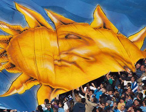 """<p>Aquí se disputó la primera Copa Mundial de&nbsp&#x3B;Fútbol, en 1930: la fecha de construcción del recinto y la misma de la que el <a href=""""http://www.centenario2030.com"""" target=""""_blank"""">Estadio Centenario</a> toma su nombre, ya que su inauguración coincidió con el primer siglo de la constitución uruguaya. Muchos torneos después, en 1983, la FIFA declaró este inmenso estadio de Montevideo –uno de los mayores de América– Monumento Histórico del&nbsp&#x3B;Fútbol Mundial, el único con esta distinción. En el Centenario juega la selección uruguaya de&nbsp&#x3B;fútbol, pero sus gradas presumen de haberlo visto casi todo, desde conciertos –Guns N'Roses, Marc Anthony…–, hasta el estreno de la bandera más grande del mundo desplegada por el Peñarol, uno de sus equipos clave.</p>"""