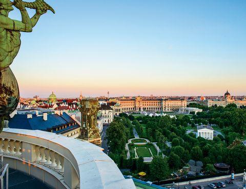 """<p>Esta calle en forma anular circunda en sus más de 5 kilómetros el centro histórico de Viena. Su acometida en 1857, por orden del emperador Francisco José, cambió &nbsp&#x3B;la morfología de la capital austríaca. El bulevar se inauguró en 1865 jalonado por palacetes, zonas verdes, esculturas de personajes ilustres y monumentos de gran calado como la Ópera, el palacio Hofburg o el Parlamento, entre otros.&nbsp&#x3B;Una buena forma de conocerlo es subiendo al Ring Tram, un tranvía con un soporte multimedia audiovisual para que descubras esta avenida. Además, puedes ahondar en su historia en las distintas exposiciones programadas en varios museos de la ciudad. También es interesante cubrir este anillo urbano en bicicleta, consulta las rutas en&nbsp&#x3B;<a href=""""http://www.wien.gv.at/"""" target=""""_blank"""">www.wien.gv.at</a>.&nbsp&#x3B;</p><p>• Lugar: <a href=""""http://www.ringstrasse2015.info"""" target=""""_blank"""">Ringstrasse</a>.</p><p>• Fecha: Todo el año.</p>"""