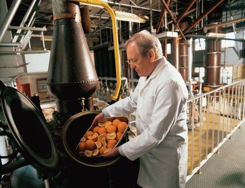 """<p>Te hablamos de Desmond Payne (en la foto), maestro destilador de Beefeater y uno de los gurús de la ginebra en todo el mundo. Está previsto que el próximo mes de enero se abra al público <a href=""""http://beefeaterdistillery.com"""" target=""""_blank"""">Distillery Visitor Experience</a>en Kennington, al sur de la urbe.</p><p> Esta destilería es uno de los secretos mejor guardados hasta ahora de la capital británica y ha estado unida a su historia desde 1820. Conocerás por completo el proceso de producción del espirituoso, que se describirá en muestras interactivas dispuestas en 600 m2. Mientras llega este momento, si quieres ver la cara más divertida de Londres y algunos buenos consejos para viajeros entra en su<a href=""""http://www.facebook.com/beefeaterlondondrygin"""" target=""""_blank"""">página.</a><br /><strong>• Lugar: <a href=""""http://www.beefeatergin.com"""" target=""""_blank"""">The Beefeater Distillery</a> (Montford Place, 20).</strong></p><p><strong>• Fecha: Enero de 2014.</strong></p>"""